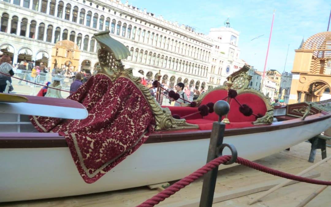 Gondola-Dogaressa-con-velluti-veneziani | Tessitura Bevilacqua
