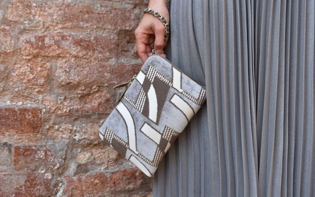 Over the shoulder or on the wrist: Bianca is versatile and full of character