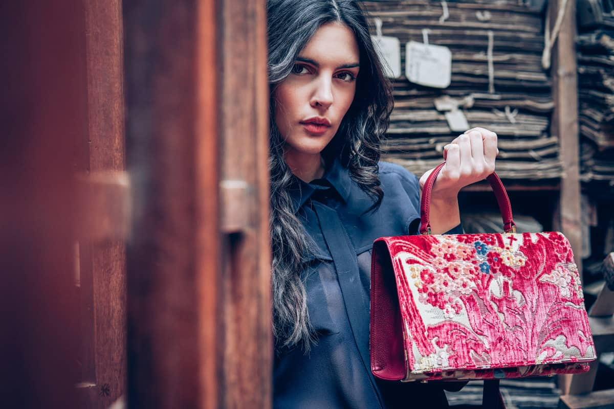 Borsa Peggy - Fresie multicolore rosso modella | Tessitura Bevilacqua